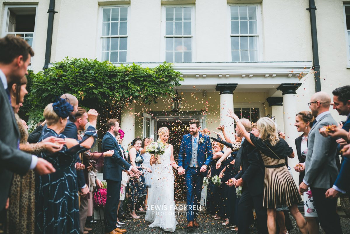 Wedding photographers plas glansevinwith confetti outside